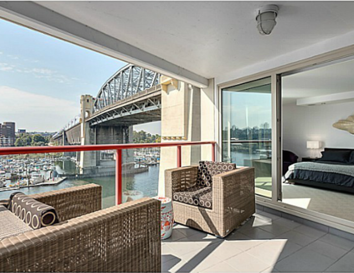 A Beautiful Sub-Penthouse With a Breathtaking View on the Burrard Bridge