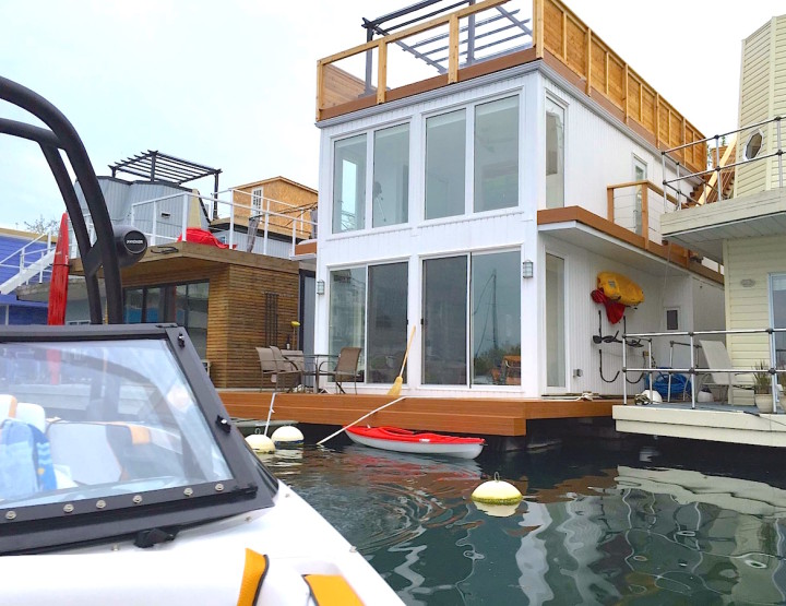 Living on a Floating House : A Tour of Toronto's Bluffers Park Marina Boat Houses Community