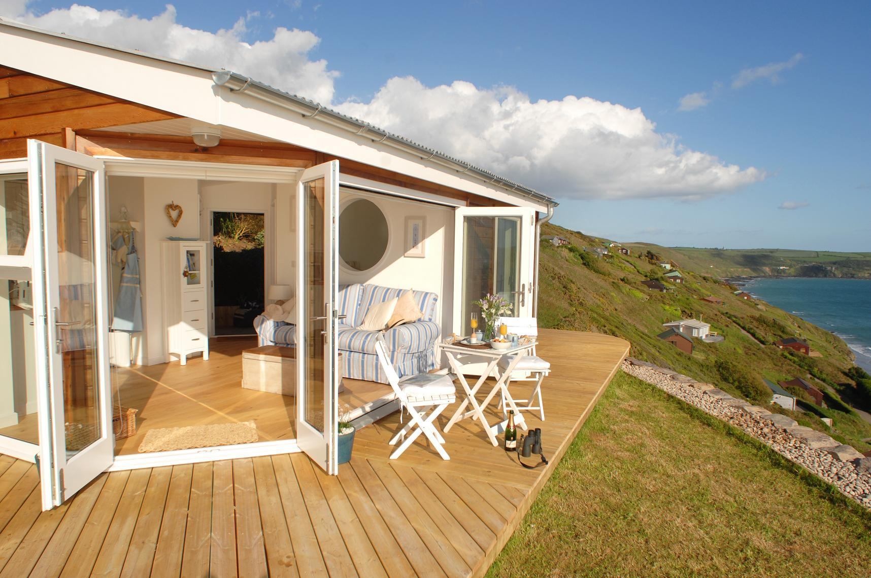 the-edge-cornwall-patio5-via-smallhousebliss