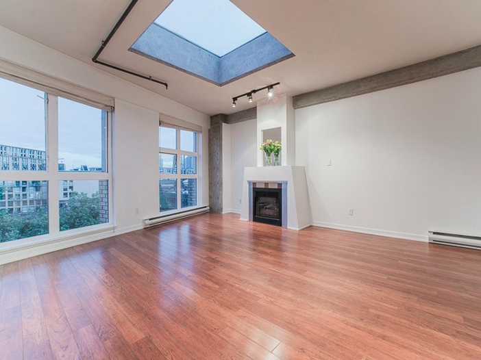 Look at This Huge Skylight Inside a Vancouver Loft – Via VANCOUVER4LIFE