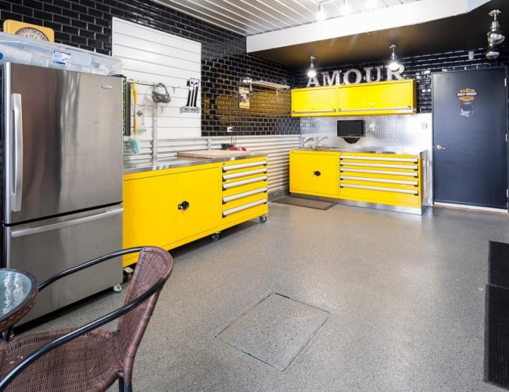 Perfect Home for The Trendy Mechanic! Modern Built in L'Île-Perrot Reveals a Dream Garage